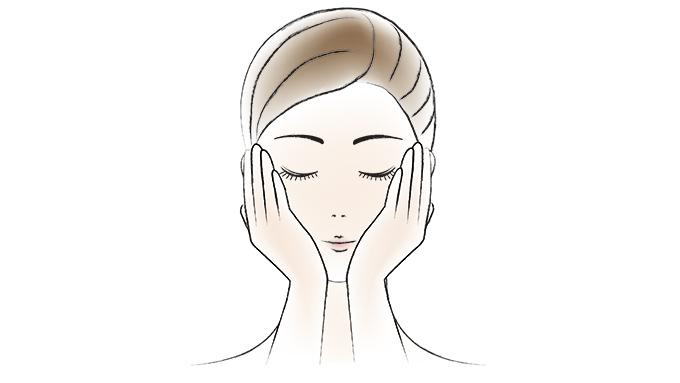 さらに同量を手にとり、顔全体になじませた後、手のひら全体を使って頬をハンドプレスし、しっかりと浸透させます。(図2)